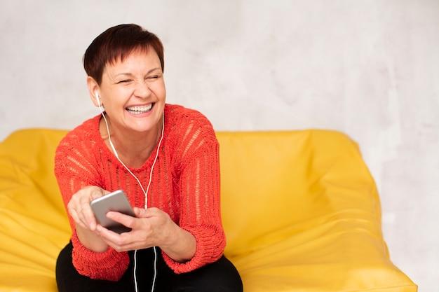 Copy-space старшая женщина слушает музыку