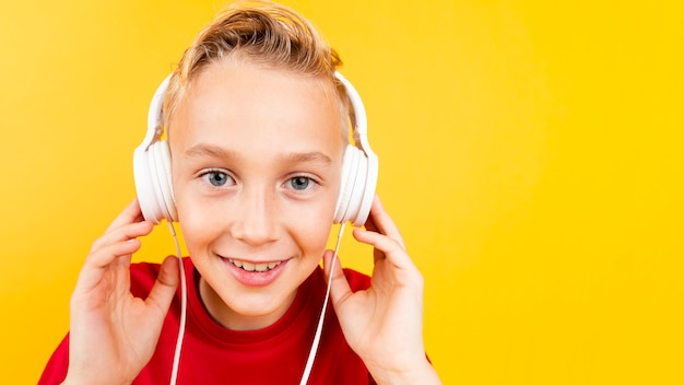 Copy-space мальчик слушает музыку