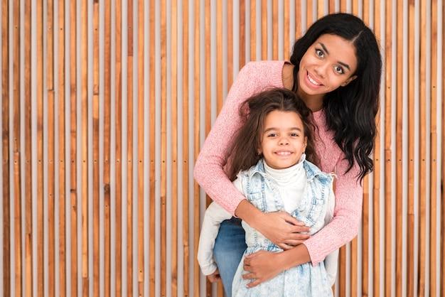 Copy-space мама обнимает дочь
