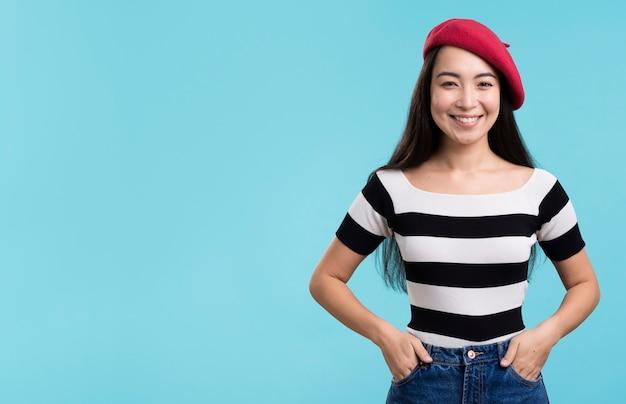 Copy-space красивая женщина с красной шляпой