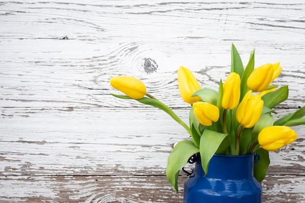 Copy-space тюльпаны в вазе