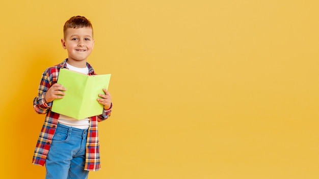 Copy-space милый мальчик с книгой