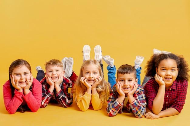 Copy-space милые дети на книжном дне