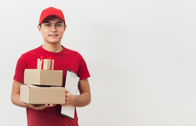 Copy-space человек с доставкой посылок