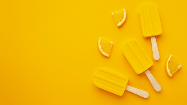 Copy-space желтое ароматизированное мороженое