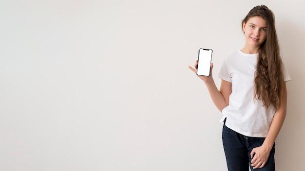 Copy-space девушка держит мобильный