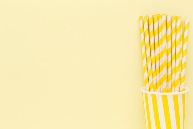 Copy-space соломинки в пластиковых стаканчиках