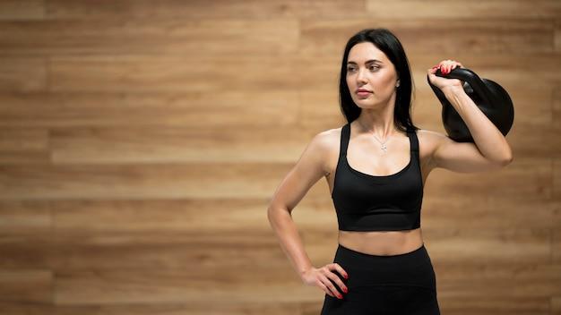 Copy-space женская тренировка с тяжелой атлетикой