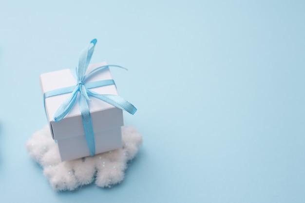 スノーフレーク、幸せな新年を迎える季節のcopycopyspace、afポイントの選択とぼやけと青の白いギフトボックス。
