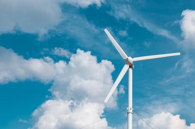 雲とテキストのcopyspaceと青い空に1つの風力タービン発電機のビュー