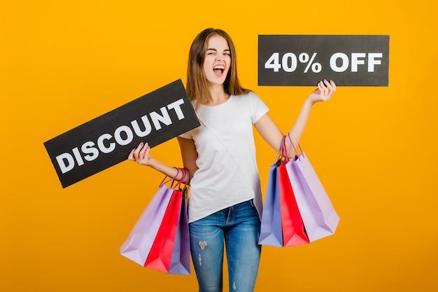 カラフルなショッピングバッグとcopyspaceテキスト割引40%サインバナー黄色で分離された美しいブルネットの女性