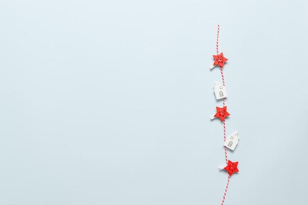 Copyspaceと青色の背景にストライプのcopy、雪、家、星のクリスマスと新年の装飾。フラット横たわっていた、ボクシングデーの休日のショッピングのトップビュー