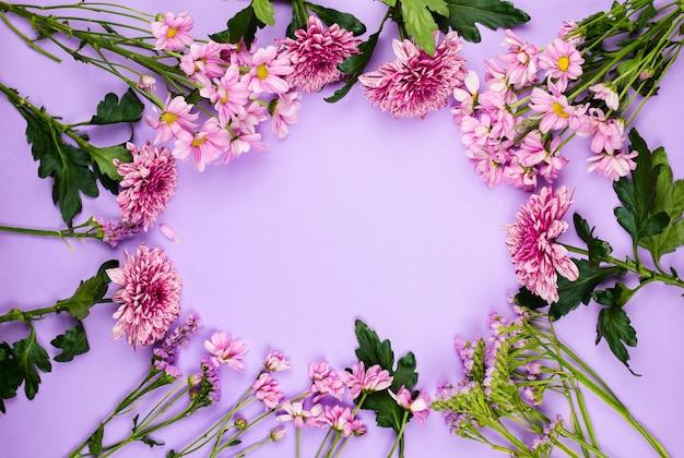 バイオレットとピンクのデイジー、菊、その他の花、copyspace、春と夏の背景を持つ美しいflatlayフレーム配置