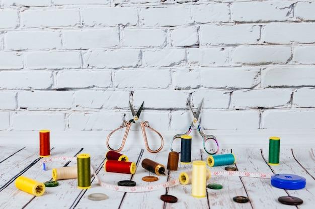 裁縫道具と付属品を備えたコピースペースフレーム