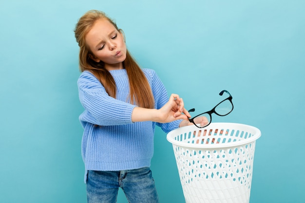 Copyspace photo of teenager throws glasses in the trash