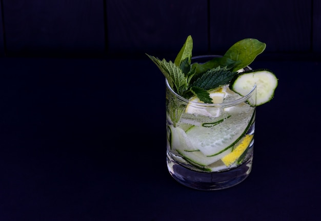 新鮮なデトックスキュウリとレモンのカクテル。無料のcopyspace