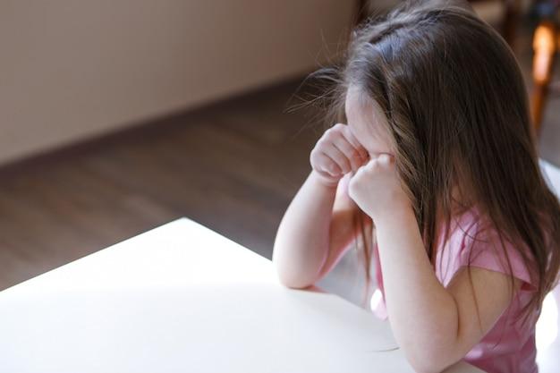 子供は退屈で悲しい顔です。女の子は泣いています。子供の頃、子供の日、幼稚園のcopyspace、機嫌が悪い、自宅軟禁、不従順、子育て、動揺、感情の概念