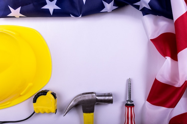 労働者の日アメリカのコンセプト、アメリカ国旗とホワイトペーパーの背景にさまざまなツールのセットです。 copyspace