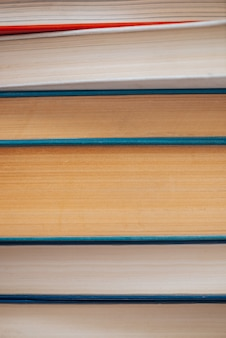 Старинные книги крупным планом. стек использованной старой литературы в школьной библиотеке. фон из старых хаотических материалов для чтения. пыльно выцветшие книги горизонтально с copyspace. старый книжный магазин.