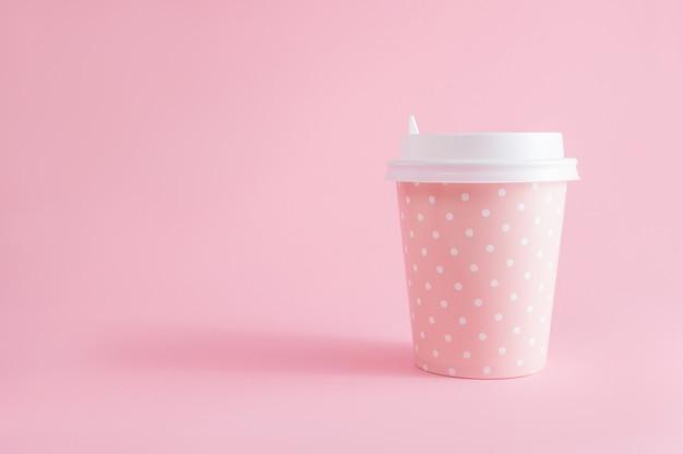 Стакан кофе на вынос на розовый. перерыв на кофе. с copyspace.