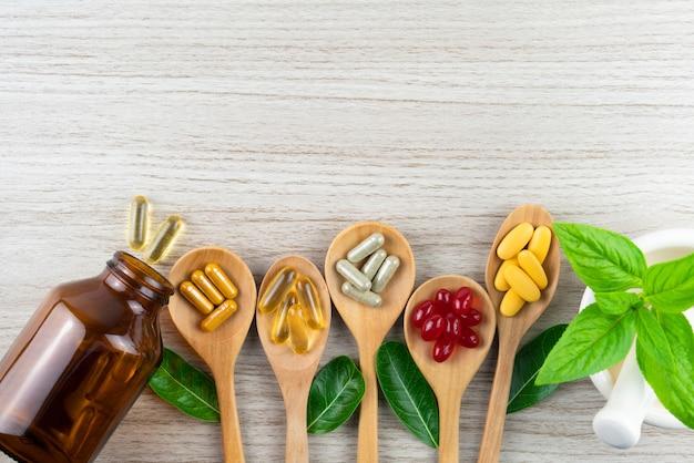 Copyspaceの木製のハーブ、ビタミン、サプリメントからの代替医療
