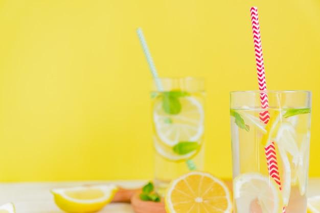 Домашний лимонад с лимоном и мятой. летний коктейль из холодных напитков. copyspace