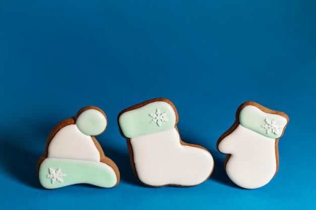 Пышное печенье одежды белого санты на синем. традиционная рождественская еда. рождество и новогодний праздник. copyspace