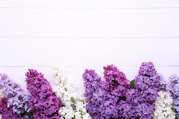 ライラック色の花の枝にcopyspaceと白い木