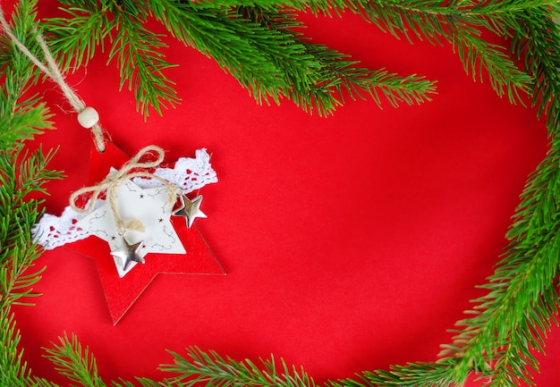 Игрушка украшения рождественской елки на красном цвете. вид сверху. рамочная композиция, copyspace. поздравительная открытка