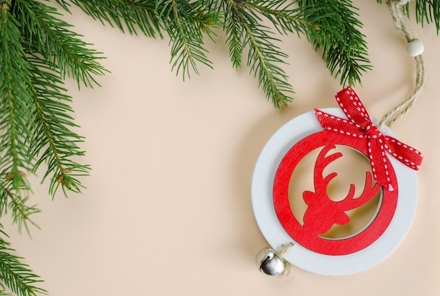 クリスマスの装飾要素とパステルのスプルースの枝。グリーティングカード.copyspace、トップビュー