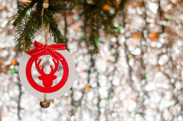 Рождественская игрушка оленей украшения висит на сверкающий. поздравительная открытка, copyspace