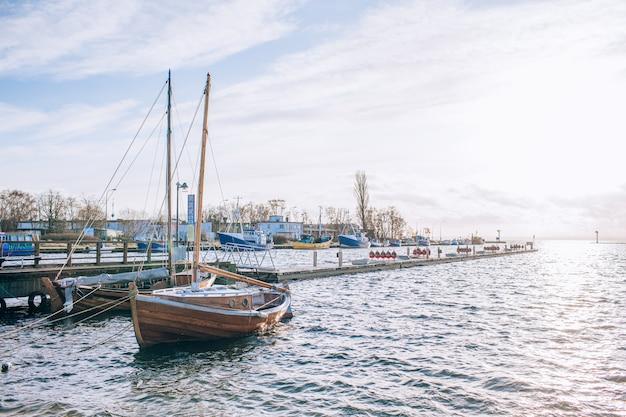 Парусник у берега. голубое небо и вода в солнечный день. концепция отдыха и путешествий. copyspace