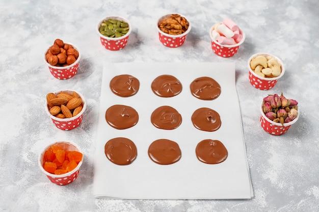 手作りのチョコレートメダン、クッキー、バイト、キャンディー、ナッツ。 copyspace。上面図。