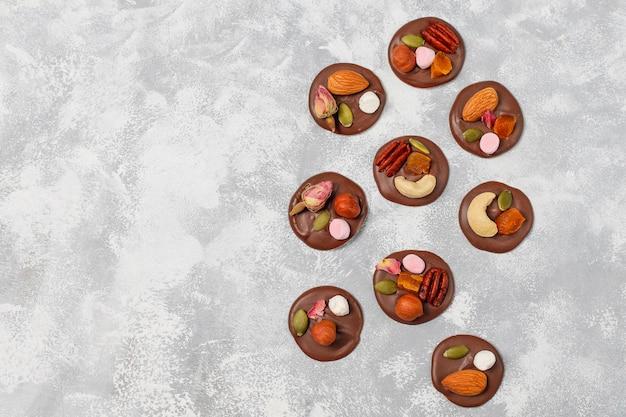 Шоколадные медики ручной работы, печенье, кусочки, конфеты, орехи. copyspace. вид сверху.