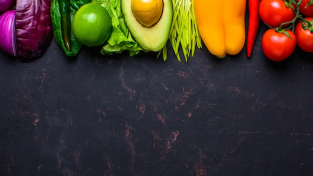 Концепция здорового веганского питания. фрукты овощи фон с copyspace