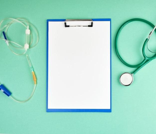 Пустые белые листы и медицинский стетоскоп с copyspace
