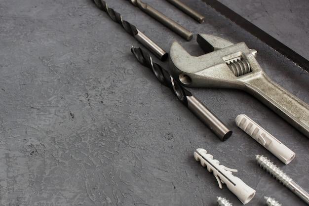 Инструменты на темной таблице с copyspace. набор столярных инструментов