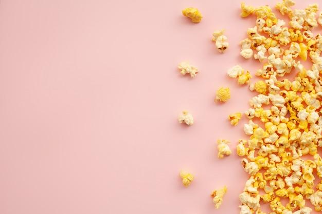 フード。冷凍ポップコーンコーンピンクのおいしい黄色ポップコーン。シネマ。 copyspaceテキストのための場所