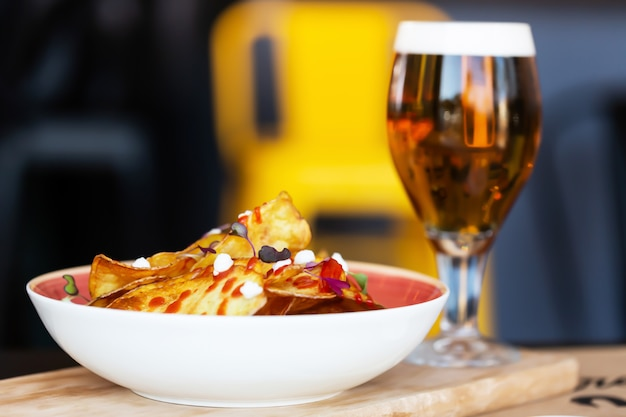 Copyspaceと木製のテーブルの上のビールのグラス