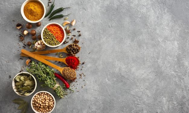 ハーブとスパイス、米、さまざまな豆。ひとときを多い背景にcopyspaceのトップビュー