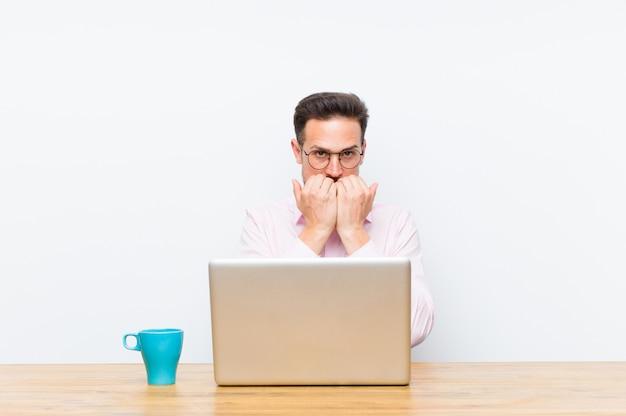 心配、不安、ストレス、恐れ、爪をかむと横copyspaceを探している若いハンサムな実業家