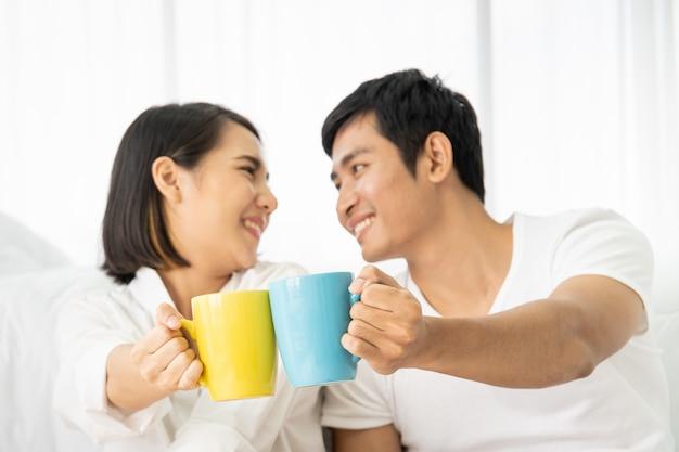 朝、悪い部屋、レジャー、カップル、関係、バレンタインにコーヒーと一緒に楽しんでいるアジアの若いカップル。 copyspaceの写真。