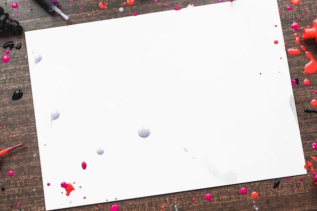 Деревянный фон с лаками для ногтей. место для надписи в женской теме. copyspace с различными лаками для ногтей