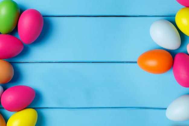Пасхальные яйца на синем фоне. copyspace. фото натюрморта. фон с пасхальными яйцами.