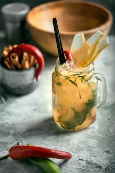 Летний лимонад груша с перцем. освежающий летний напиток со льдом. настоящее, коктейльное рабочее пространство. концепция еды, стиль еды, copyspace, журналы рекламы еды и социальные сети.