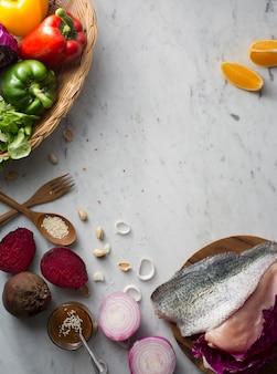 Пищевые ингредиенты на мраморном столе с copyspace