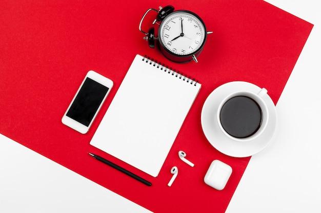 Макет с copyspace с смартфона на ярко-красном