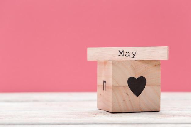 テキストのcopyspaceとピンクの上のテーブル上のテキストと木製キューブ