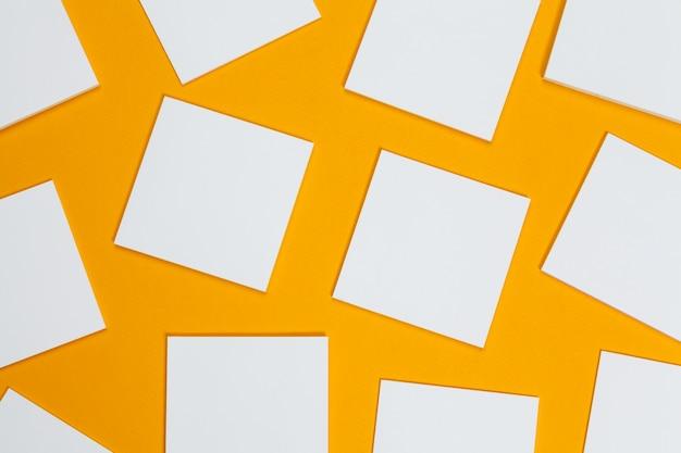 モックアップ 。カード黄色の紙。トップビュー、フラットレイアウト、copyspace