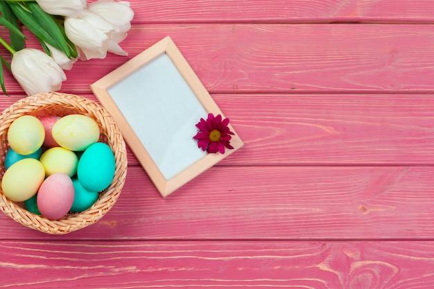 Пасха с тюльпанами, яйца. вид сверху с copyspace